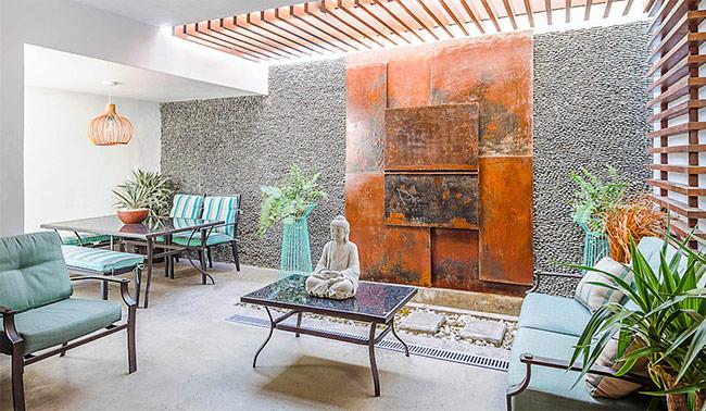 Những không gian mở nhỏ ở trong nhà góp phần lưu thông không khí. Bạn sẽ thấy nhà mình lúc nào cũng mát mẻ ở mọi điều kiện thời tiết. Những miếng ván gỗ được lắp đặt như trong hình sẽ giúp làm dịu và thoáng khí.