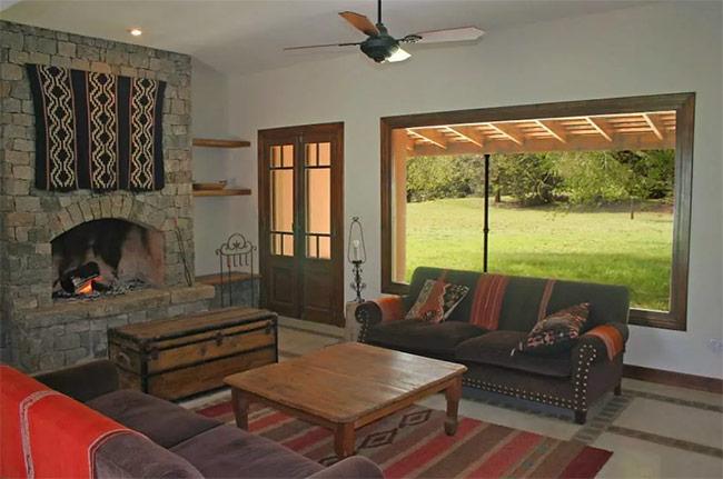 Thảm lót sàn, thảm treo tường và đệm ghế của người Creole đã có sự sự hòa hợp với các yếu tố khác trong căn phòng kiểu Địa Trung Hải. Bạn có muốn thử phong cách hay ho này không?