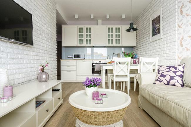Nhà bếp, phòng ăn và phòng gia đình chung một không gian là giải pháp tối ưu cho những ngôi nhà nhỏ hẹp. Màu trắng chủ đạo sẽ khiến ngôi nhà trông rộng và thoáng hơn.