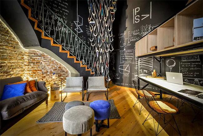 Với nhiều người, nhà không chỉ dành để ở, mà còn là nơi để làm việc. Phòng này phù hợp với những ai có công việc kinh doanh riêng. Một nơi rất tạo động lực và đáng để hẹn gặp gỡ khách hàng.