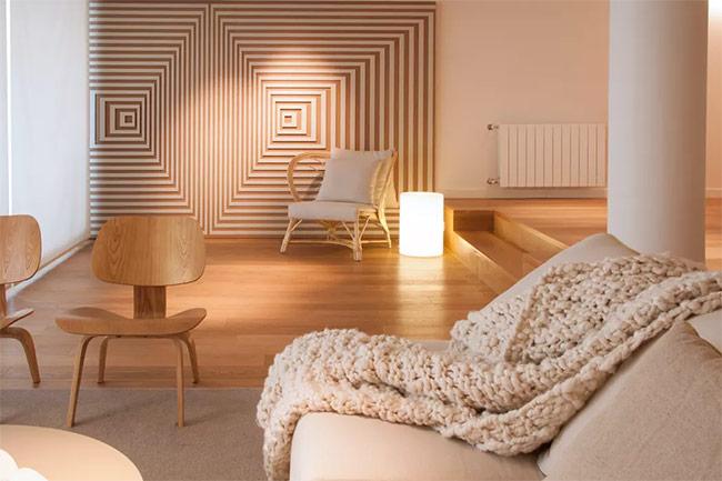 Phải thừa nhận khối hình chữ nhật trang trí trên tường là trung tâm của sự chú ý trong căn phòng này. Vì thế bạn không cần sử dụng quá nhiều đồ nội thất ở đây. Nếu có cũng chỉ là các đồ vật đơn giản và không có nhiều đường cong. Thiết kế này phù hợp với những ai thích đồ gỗ và không quá màu mè.