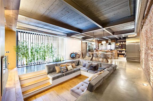 Đây là một giải pháp tối ưu đối với những điều kiện đất đai không đồng đều bằng cách phân thành những tầng thấp như vậy. Khu vực ghế sofa bao quanh là khu vực lý tưởng để thư giãn nghỉ ngơi.