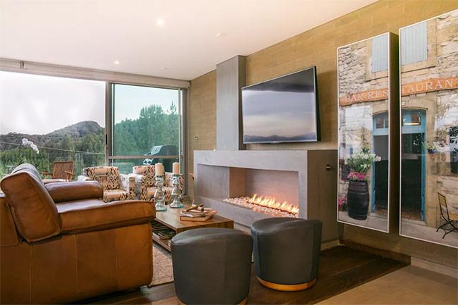 Bao phủ ngôi nhà bằng gỗ và sàn gỗ có thể giữ ấm cho toàn bộ căn phòng. Lối thiết kế này hay được sử dụng cho những ngôi nhà trên núi.
