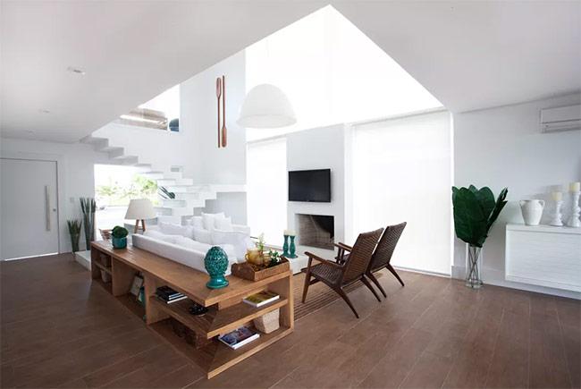 Trần nhà thấp nằm thụt về phía trong ở khu vực phòng khách. Kiểu thiết kế này sẽ bảo vệ bạn khỏi sự thay đổi nhiệt độ bên ngoài.