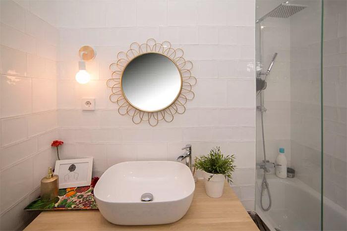 Thiết kế phòng tắm ở đây cũng sử dụng tông màu trắng và gỗ màu sáng cho đồ nội thất theo đúng với tinh thần phong cách Bắc Âu.