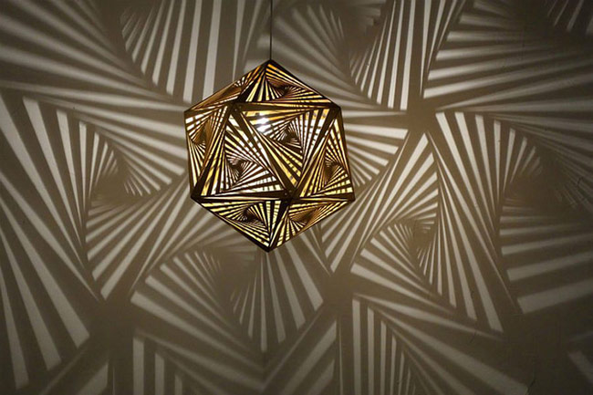 Khi đèn được chiếu sáng, các mẫu hoa văn này ánh lên tường sẽ vô cùng đẹp mắt.