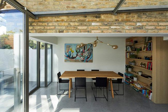 Nội thất bên trong phòng ăn cũng được lựa chọn theo lối tối giản để tạo ra nhiều khoảng không gian sử dụng cho người dùng.