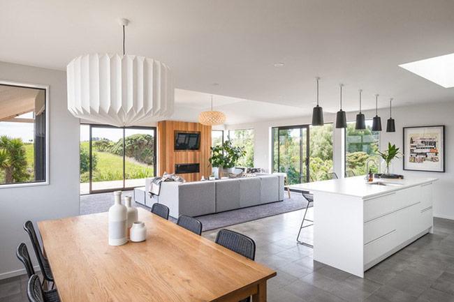 Nhiều gia đình dành những không gian có góc view đẹp nhất dùng làm nơi đặt bàn ăn.