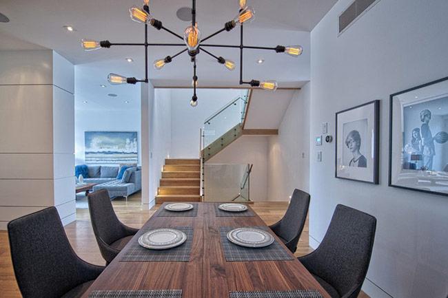 Để mọi thành viên trong gia đình tập trung hơn vào bữa ăn, các chuyên gia thường khuyên các gia đình loại bỏ tivi trong không gian phòng ăn.