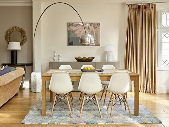 Thay vào đó, bạn có thể dành nhiều tâm tư hơn vào việc lựa chọn kiểu bàn ăn, ghế ngồi hay trang trí bàn ăn sao cho hấp dẫn.