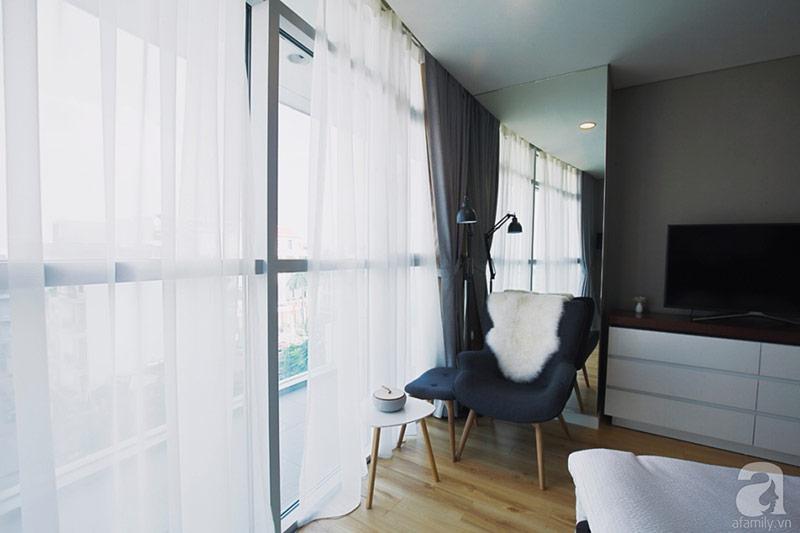 Rèm cửa mở rộng đón nắng qua khung cửa kính trong suốt.