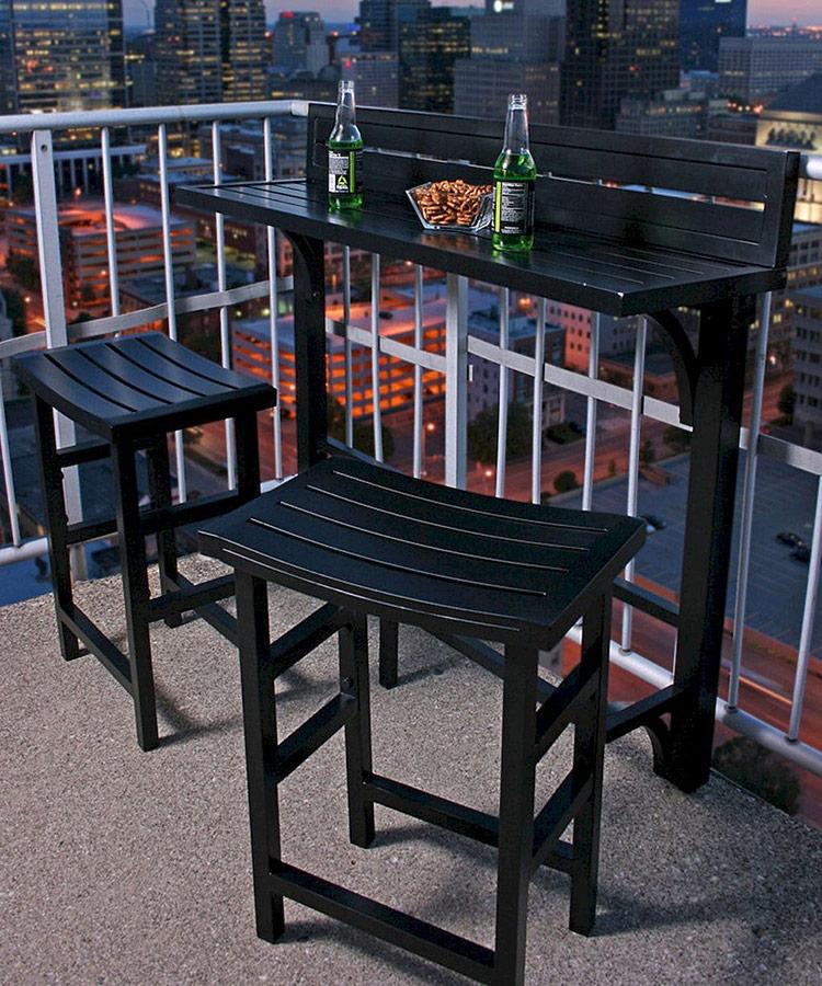 Chỉ với một chiếc bàn dài, dọc theo ban công là bạn đã có cho mình khu vực bàn bar