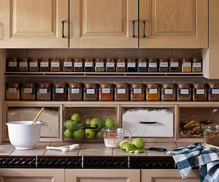 Phân bổ đồ đạc theo những kích thước, công năng, màu sắc,... cũng là cách tân trang nhà bếp khá phổ biến. Nhờ vậy, việc phân lại đồ đạc theo định kỳ sẽ làm không gian gọn gàng, tươi mới hơn.