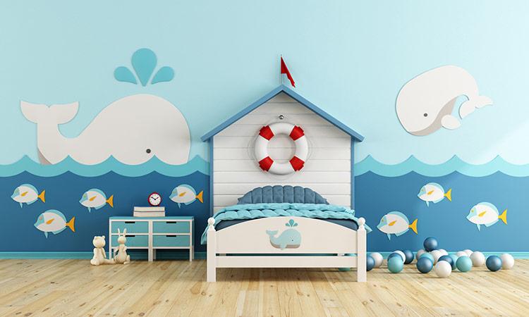 hình ảnh cá voi được vẽ trên tường với màu xanh ngọc, vàng và trắng.Căn phòng như đưa con bạn đến vùng biển thực thụ.