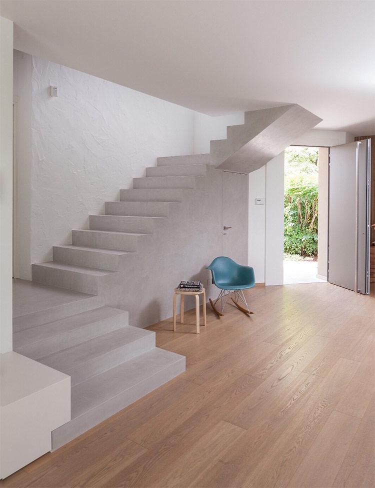 Các chuyên gia thiết kế nội thất nhà ở khuyên bạn nên đưa ánh sáng vào một không gian Minimalist gián tiếp, thông qua các khe hở hoặc phản xạ, xuyên qua các vánh ngăn mờ. Cách này sẽ giúp ánh sáng không quá gắt.
