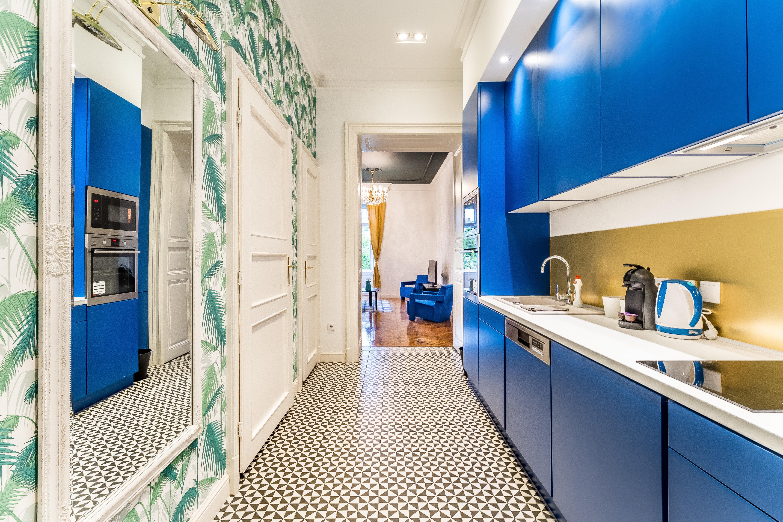Giấy dán tường thường được áp dụng trên kệ mở của căn bếp