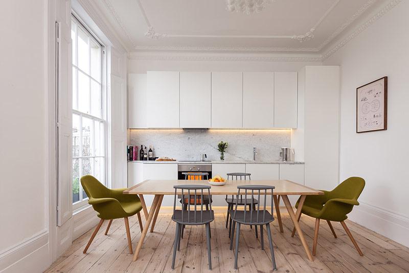 Các căn bếp thường có dãy tủ chạy ngang phía trên song song với dãy tủ dưới, đôi khi sẽ có một chiếc tủ cao ở một hoặc cả hai đầu.