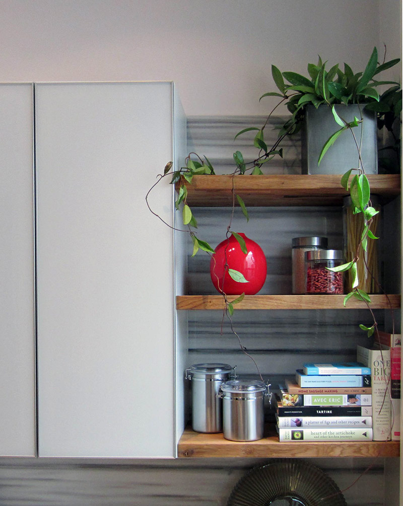 Ngoài ra, bạn có thể phá vỡ kết cấu của dãy tủ bằng cách chèn thêm quạt hút hoặc kệ mở. Gắn kệ ở bên trái hoặc bên phải của nhà bếp cũng là một lựa chọn, vì nó vừa thiết thực lại vừa có tính trang trí.