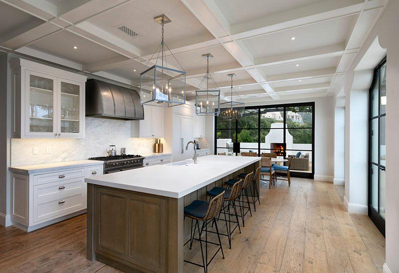 Khi lên kế hoạch thiết kế bếp, bạn hãy xem liệu có đủ không gian cho đảo bếp nằm song song với bức tường đơn hay không. Điều này cực đáng để thử đấy!