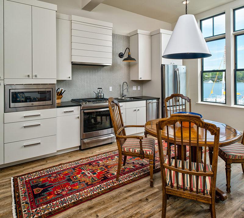 Nếu như không thể nhét vừa đảo bếp, bạn có thể xem xét kê một chiếc bàn, tiện cho việc ăn uống vả lại có thêm không gian chứa đồ.
