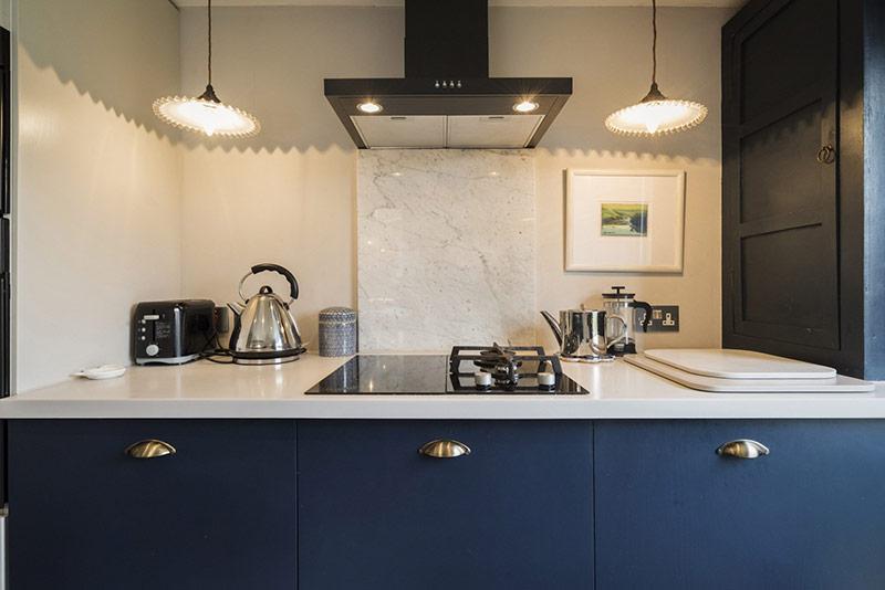 Hệ thống đèn chiếu sáng giúp nhà bếp muôn phần lấp lánh.