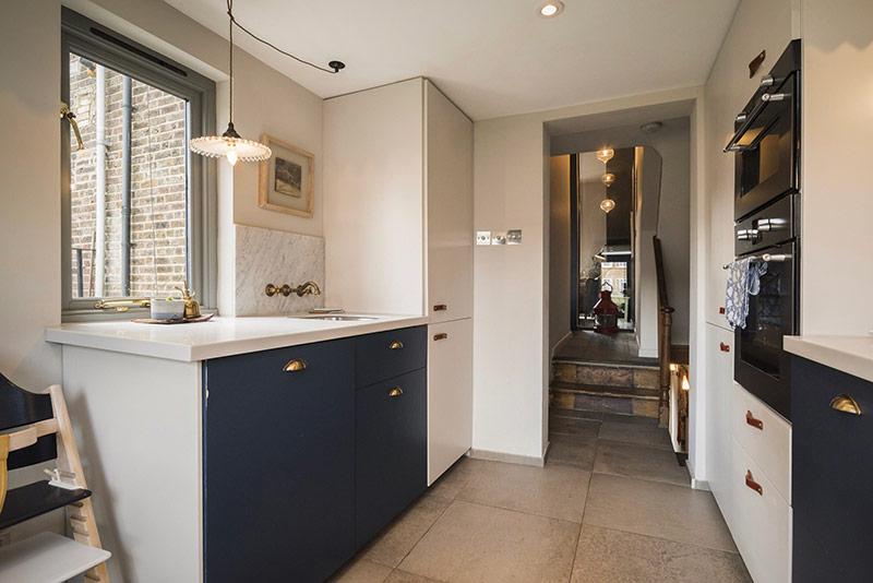 Điểm nổi bật của căn hộ nằm trên phố Luân Đôn này chính là hệ thống đèn chiếu sáng ấn tượng.