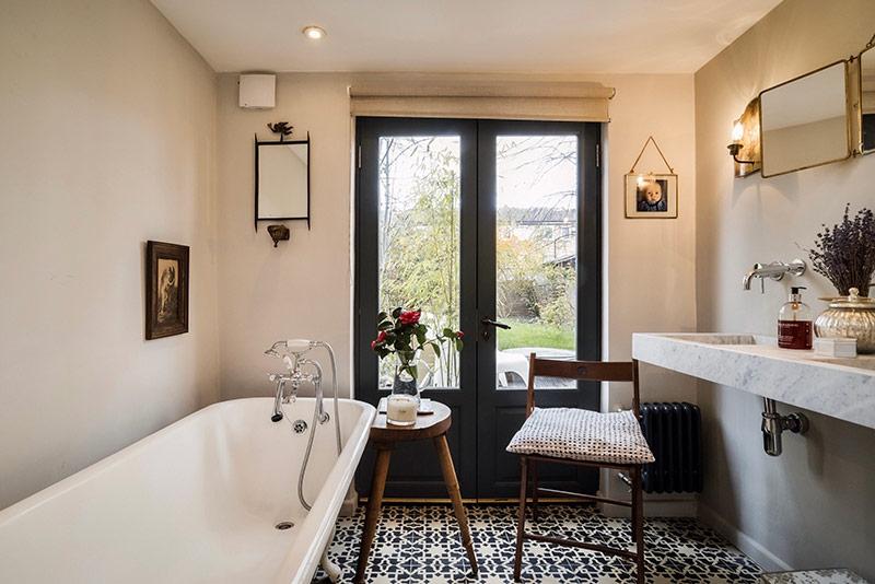 Khu vực phòng tắm khá rộng lớn, sang trọng với bồn tắm thoải mái. Thậm chí sẽ là một buổi tối lãng mạn cho cặp đôi khi có bàn kê ngay bên cạnh để ngồi nhâm nhi rượu vang...