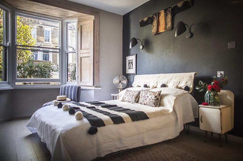 Khu vực giường ngủ đặt cạnh cửa sổ to rộng giúp ánh sáng chiếu vào đó nhiều nhất mỗi sáng.