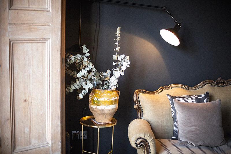 Cách trang trí lọ hoa ấn tượng cùng ghế ngồi có cấu trúc tinh tế chuẩn Anh, thêm đèn chiếu sáng làm lớp mạ viền ngoài càng thêm bừng sáng.