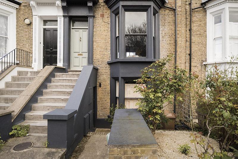 Bên ngoài căn hộ nằm trên phố Luân Đôn đậm chất thiết kế chuẩn Anh.