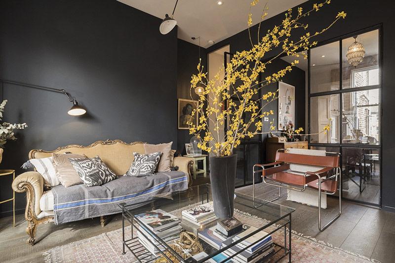 Chủ nhà khéo léo sử dụng tường sơn màu xám đen, càng tôn thêm sự nổi bật của đồ nội thất màu sắc nhưng vẫn trang nhã.