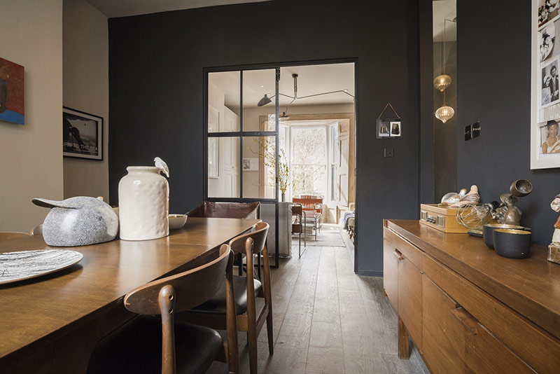 Không gian bàn ăn uống và nhà bếp kết hợp. Sử dụng chất liệu gỗ là chính, nơi này vẫn hiện lên rất trang trọng và sáng sủa.