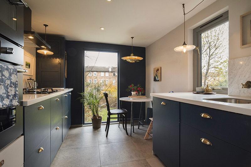 Không gian nhà bếp sạch sẽ, ngăn nắp, có thể kê thêm bàn ăn sáng nhỏ hoặc ngồi uống cà phê.