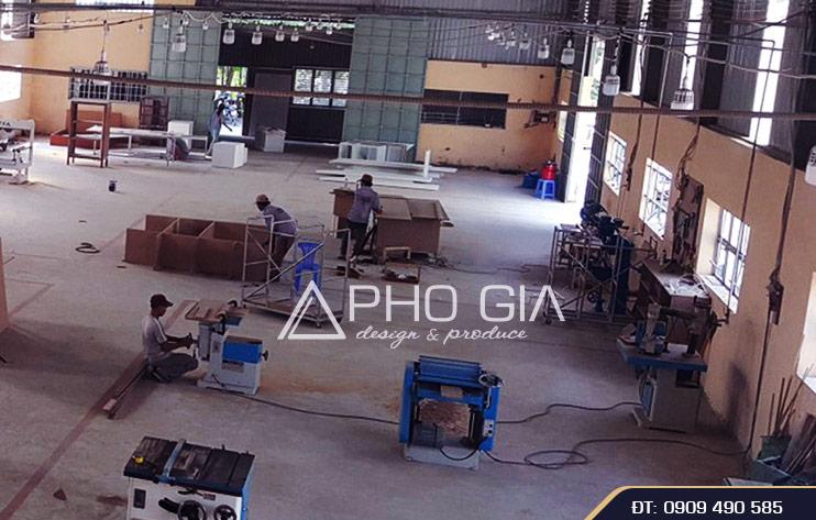 Xưởng sản xuất nội thất của Phố Gia Decor với quy mô lớn và hệ thống máy móc hiện đại